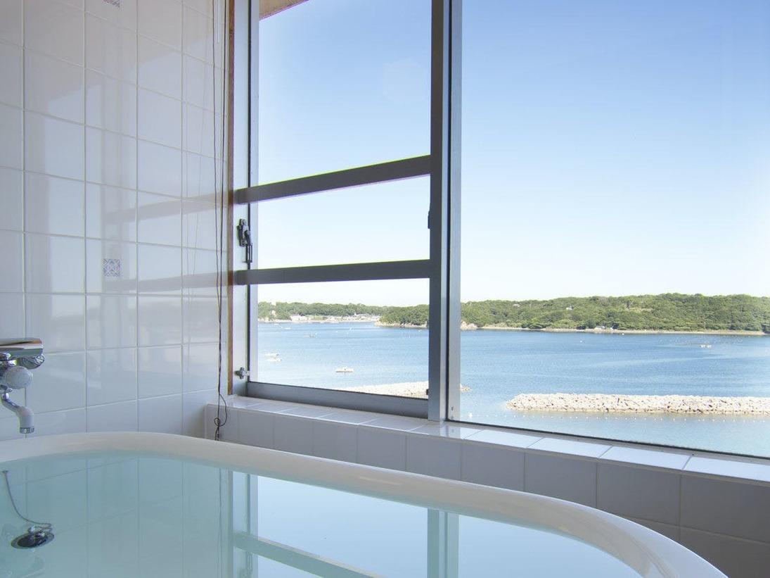 【部屋】特別和洋室の展望風呂のバスタブから見える海