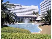 水しぶきがきらめく噴水がまぶしい中庭。リゾートらしい明るい雰囲気いっぱいです。
