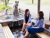 井上公園の足湯までは、当館から徒歩3分。足湯に入りながら楽しい会話も弾ませリフレッシュ♪