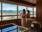 最上階露天風呂から湯田の街並みを一望♪やさしい風に包まれながら、テラスでゆったりと。(夕霧客室イメージ)