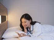【客室】スマホ充電にも便利な枕元コンセントを完備◆お休みになりながらの充電にも便利