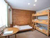 ファミリールーム3段ベッドと1段ベッドが入っていますバス・トイレ・洗面が各々独立しています