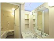 白を基調としたバスルームは洗い場独立で広々。【ウエストサイド3~6階)】