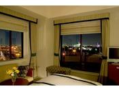 """""""一休限定客室""""の「プレジャールーム(テラス付)」室数限定のテラス付のお部屋。テラスからはパークの景色やディズニーリゾートライン(R)の運行をお楽しみいただけます。【サウスサイド(3~6階)】"""