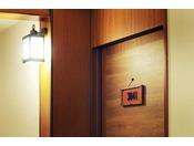 「フロンティアルーム」のルームサインは木の温もり溢れるあたたかみのあるデザインです。