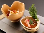 特選冬会席「清月」:蟹と土佐酢の香がゆっくりとお口の中で広がる、蟹と小松菜の前肴。思わず日本酒がすすむ一品です。ゆっくりと、冬のひとときをお楽しみくださいませ。