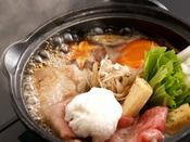 「和牛すき焼き」:柔らかな旨みが広がる和牛ロースのすき焼。お肉の旨みと冬野菜の甘味が溶け込んだ出汁もまた格別です。ついつい食が進む冬の一品をご堪能くださいませ。