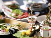 料理長厳選の天然白身魚や瀬付あじ、剣先烏賊などの高級魚介。春の地産食材を贅沢に味わう。