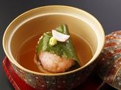 特選春会席「花雲」:蒸物/長門市の名物・長州鶏の旨味を道明寺と銀あんで包みました。