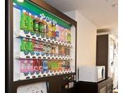 4階ベンダールームにございます。清涼飲料水とお酒の自動販売機もございます。