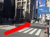 交差点を矢印方向に渡ります。そのまま真っ直ぐ進みます。交差点の角には、マクドナルドがあります。