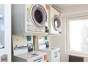 4階ベンダールームにございます。洗剤は自動投入ですので不要です。料金は300円/1回。乾燥機は100円/30分です。