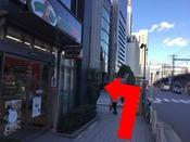 ファミリーマートの角を左に曲がります。すぐに本館エントランス入口が見えます。