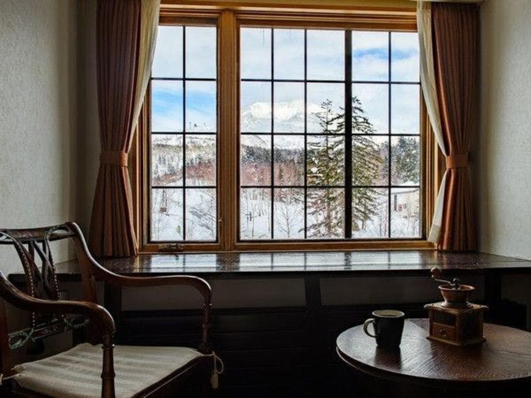 窓からは雄大な旭岳がご覧いただけます