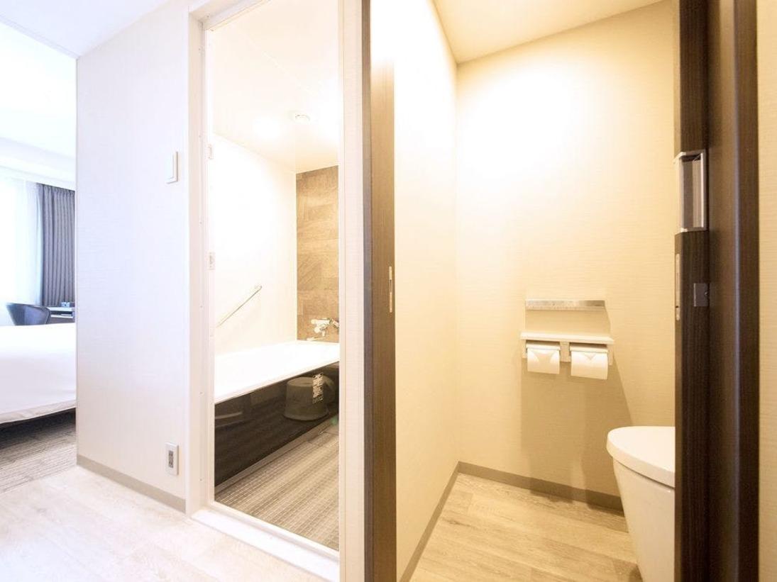 シングルとユニバーサルルーム以外のお部屋は、お風呂、洗面、お手洗いが別々なのでお家のようにお寛ぎいただけます