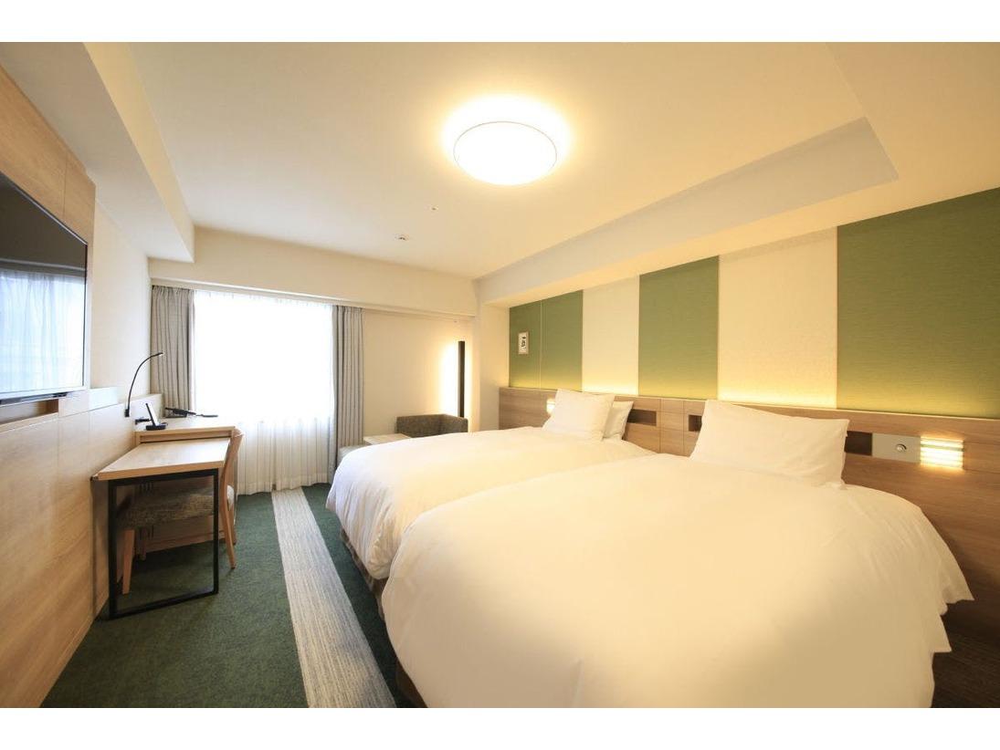 【客室案内】・客室面積25.平米・セミダブルベッド 2台(120cm×200cm)・バス、トイレ、洗面台が分かれております。