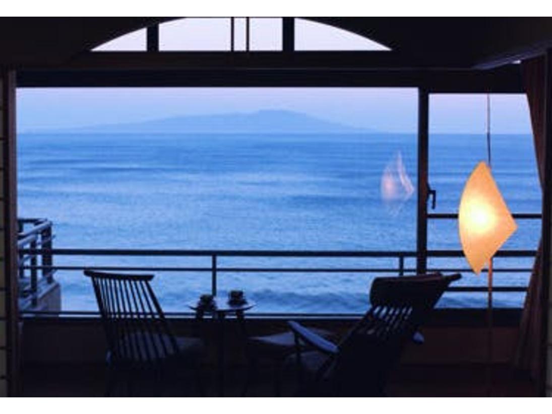 伊豆大島を正面に望む最上階客室からの眺め