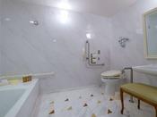 【バリアフリールーム 50平米】洗面所・トイレバスルームにはスロープあり。