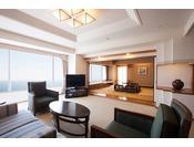 【和室ファミリー 92平米】前室や式台のある10畳の和室や、ゆったりとしたリビングルームを配置した、92平米の和室客室。太平洋を望むリビングルームには、ミニバーもご用意。十分にくつろいだ時間をお過ごしいただけます。