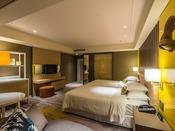 【クラブフロア クラブツイン・グランド】エントランス、バスルーム、ベッドルームはそれぞれセパレートな空間でプライバシーを保ちながらも、パウダールームから青い海と青い空、水平線を望めます。