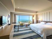 【デラックスダブル 50平米】2015年5月リニューアルOPEN!16~28階の高層階、プリズム型の頂点に位置する「海に一番近い」お部屋で、オーシャンビューの絶景をご満喫下さい。宮崎の青空と碧い海をイメージした広々50平米の明るい客室も魅力です。