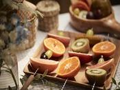 果物を焚き火で焼いて食べるフルーツバーベキュー。材料や道具などはすべて用意されているので、どなたでも気軽にプチアウトドア体験が楽しめます。焼いて食べるフルーツの新たな美味しさをお楽しみください。