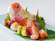■姿造り四種あしらえ■四季折々、料理長が厳選した鮮魚を豪快な『姿造り』に♪