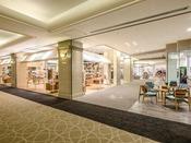 【オーシャンリゾートデパートメント】シェラトン・グランデ・オーシャンリゾート地下1階ショッピングエリアを『オーシャンリゾートデパートメント』をテーマに全面リニューアル。海を感じさせる開放的で明るい空間へと生まれ変わりました。