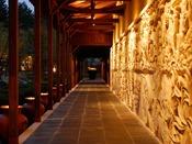 ●松泉宮温泉●温泉へ向かう道程にも、五感をたのしませる物語がある。日向神話にちなんだちょっとエキゾチックな和の趣。日本の伝統様式を取り入れ、どこか神秘的な温泉空間です。