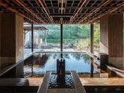 ●松泉宮温泉 中浴場 新月●湯船からの眺め、露天へのひろがり・・・神話からデザインされ、ロマンチックなぬくもりに。内風呂から見上げれば、天井が格子に組んだ宮崎の伝統技術「大島塗り」。見上げる方向によって色が異なり、日本の四季を表現。