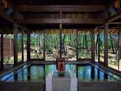 【クラブフロア】特典ミネラル豊富な美人の湯「松泉宮」温泉を滞在中いつでもご利用いただけます。お部屋にはクラブフロア専用の作務衣をご用意。