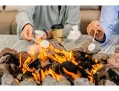 【THE LIVING GARDEN/焚き火のリビング】朝はフルーツのフレーバーウォーターで目覚めの1杯。午後はなかはら珈琲工場の豆を使用したコーヒーでゆったりと。そしてゆらめく炎で焼くマシュマロを、いずれも無料でご利用いただけます。