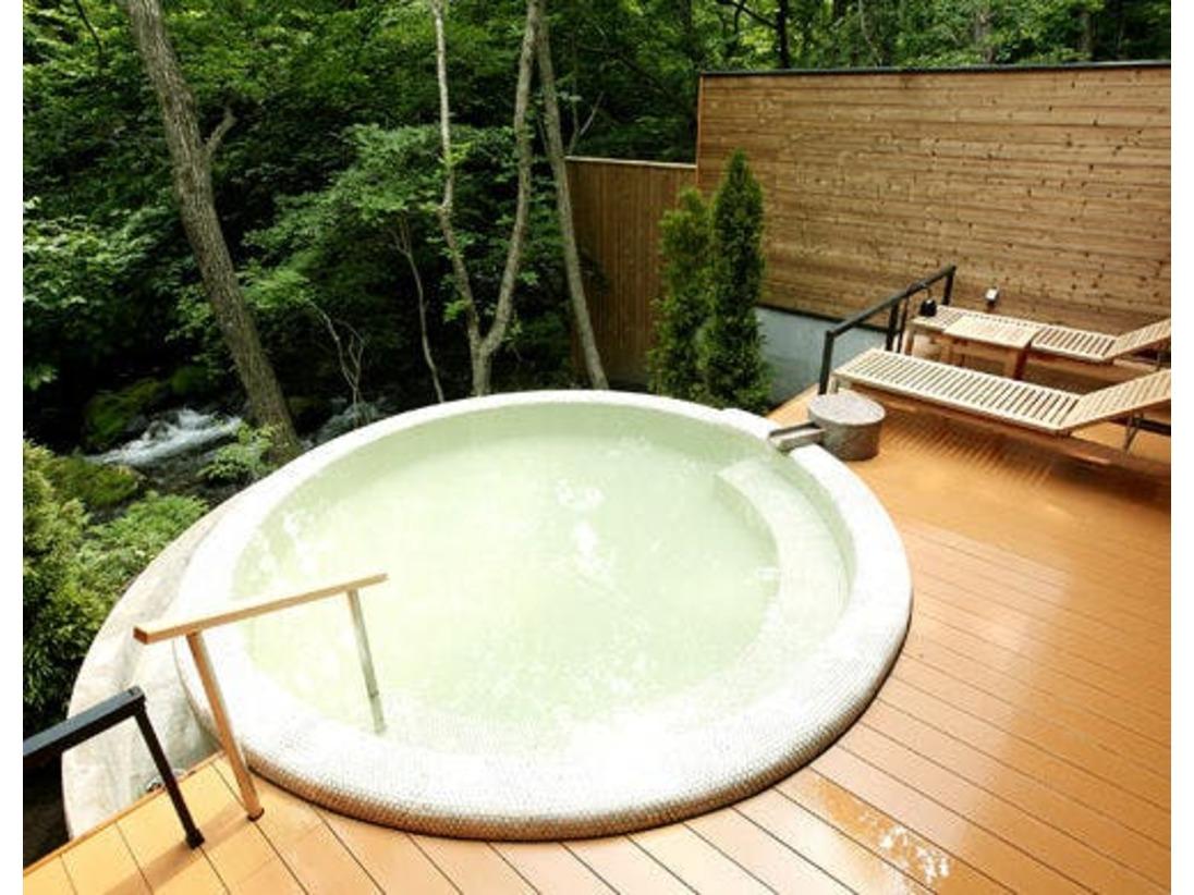 自然の音に耳を傾けながら、優しい肌あたりの美肌の湯でゆったり湯浴み