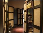 母屋から松の抄への通路。和モダンな雰囲気を感じさせる造りとなっております。途中、ラウンジ「栞」と「憩」の入口がございます。