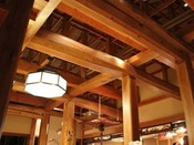 帳場(フロント)前のロビー。天井を見上げれば、飛騨の匠の技が息づく銘木の木組。