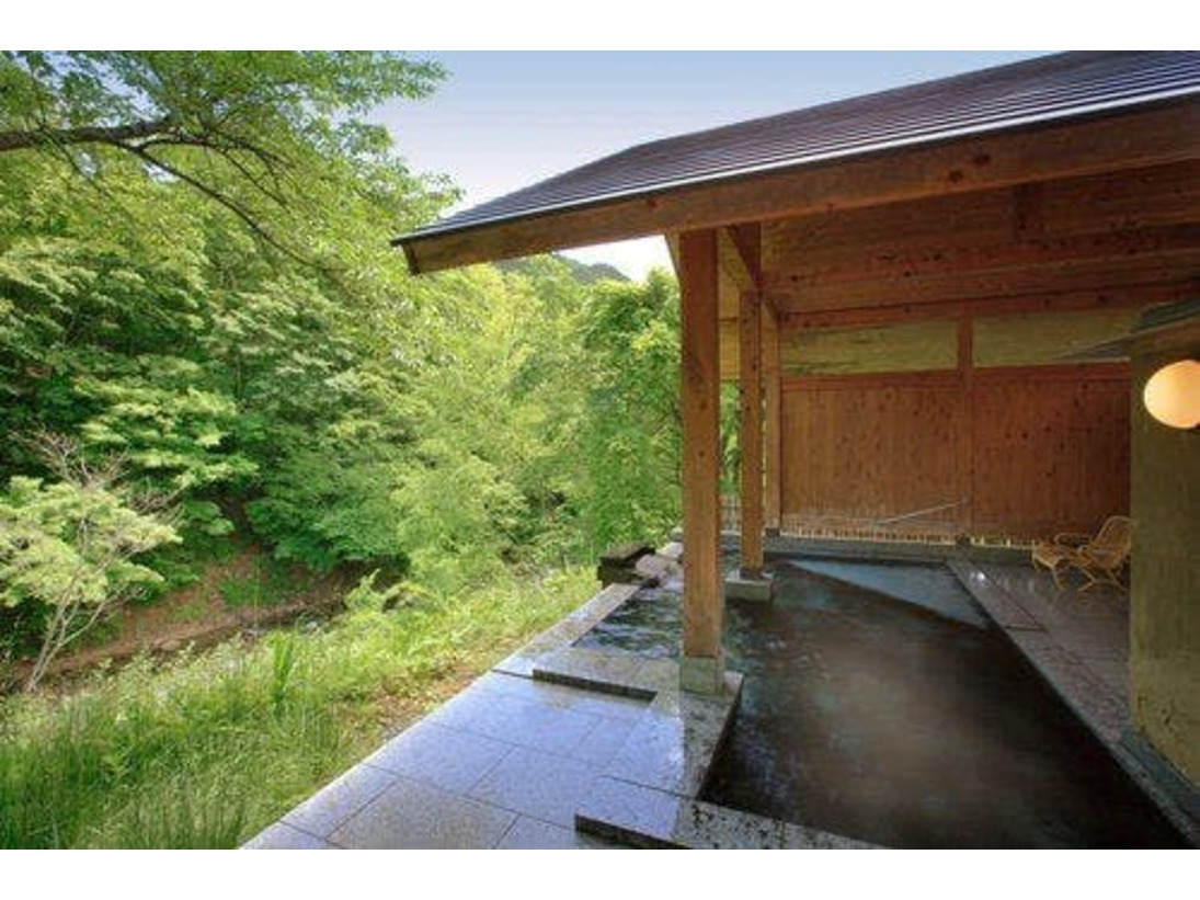 【露天風呂・ほたるの湯】 *解放感に溢れた谷川渓谷を望む露天風呂。谷川を渡る風を湯船で感じることができ気持ちいいです。
