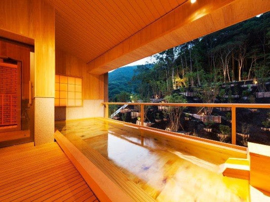 大浴場 社の湯(露天風呂)※岩風呂の「森の湯」とは朝夕での入れ替え制。異なる趣の湯浴みをお愉しみ頂けます。