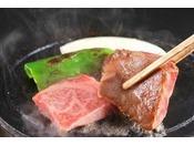 <特選牛の陶板焼き>目の前でジュージュ―お好みの焼き加減でお召し上がり下さい。