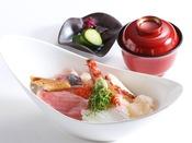 【天の海鮮丼】旬の海の幸たっぷりのどんぶり。