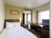 【デラックスシングル】・客室面積:約15平米・ベッドサイズ:幅105cm×長さ203cm(シモンズ製)・32インチワイドTV機能性と落ち着きを併せ持つワンランク上のシングルルームです。インターネット有線無線(Wi-Fi)共に接続無料。