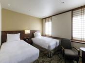 【デラックスツイン】・客室面積:約18-24平米・ベッドサイズ:幅105cm×長さ203cm×2基(シモンズ製) ※3名様目からは簡易ベッドになります。お友達同志や家族旅行に最適。機能性と落ち着きを併せ持つスタンダードなツインルームです。