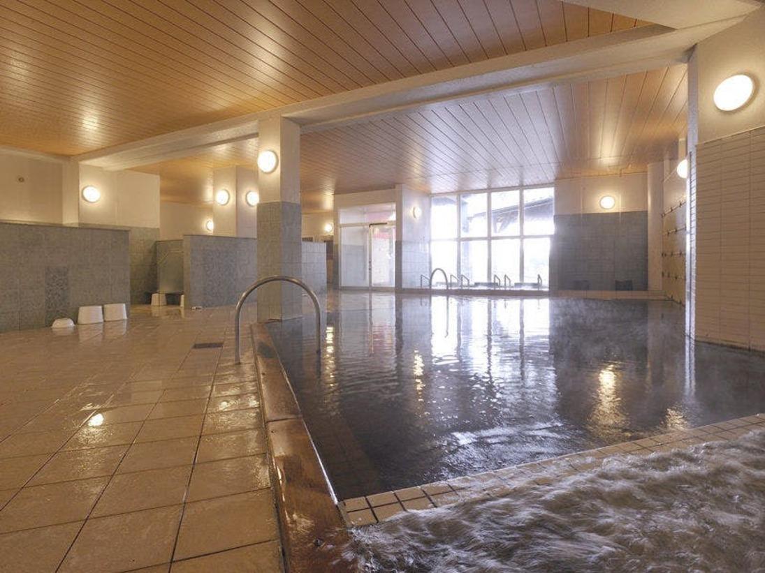 大浴場も広々としております。手足を伸ばして入れるゆとりの大浴場。温泉浴をお楽しみ下さい。