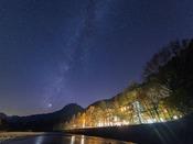 上高地ルミエスタホテルと秋の天の川。焼岳の肩に見えるのは金星です。ご宿泊頂いたお客様だけがご覧いただける魔法のひと時。