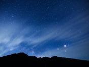 ホテルの正面は南の空。六百山、霞沢岳から登る星々。