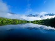朝霧が上がる夏の大正池。