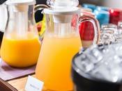 フリードリンクサービス~ロビーでは16:00~19:00までお飲物をサービス。上高地の天然水で淹れたコーヒーは朝までずっとお飲みいただけます。