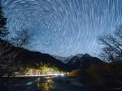 ホテルと北天の星空タイムラプス