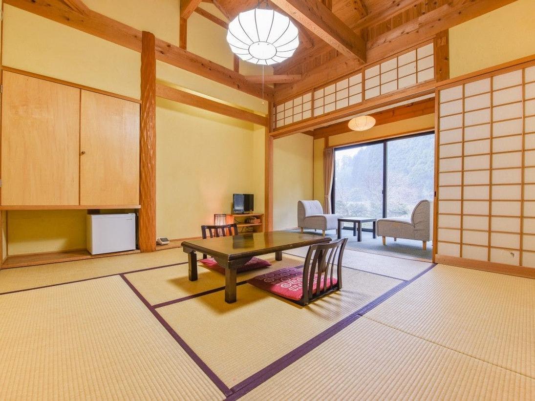 *【部屋 半露天付和室】8畳の和室と、二人掛け用ソファがございます。
