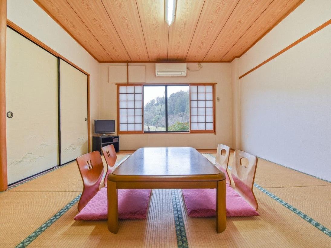 *【部屋 本館和室3】窓の外には、田園風景が広がります。
