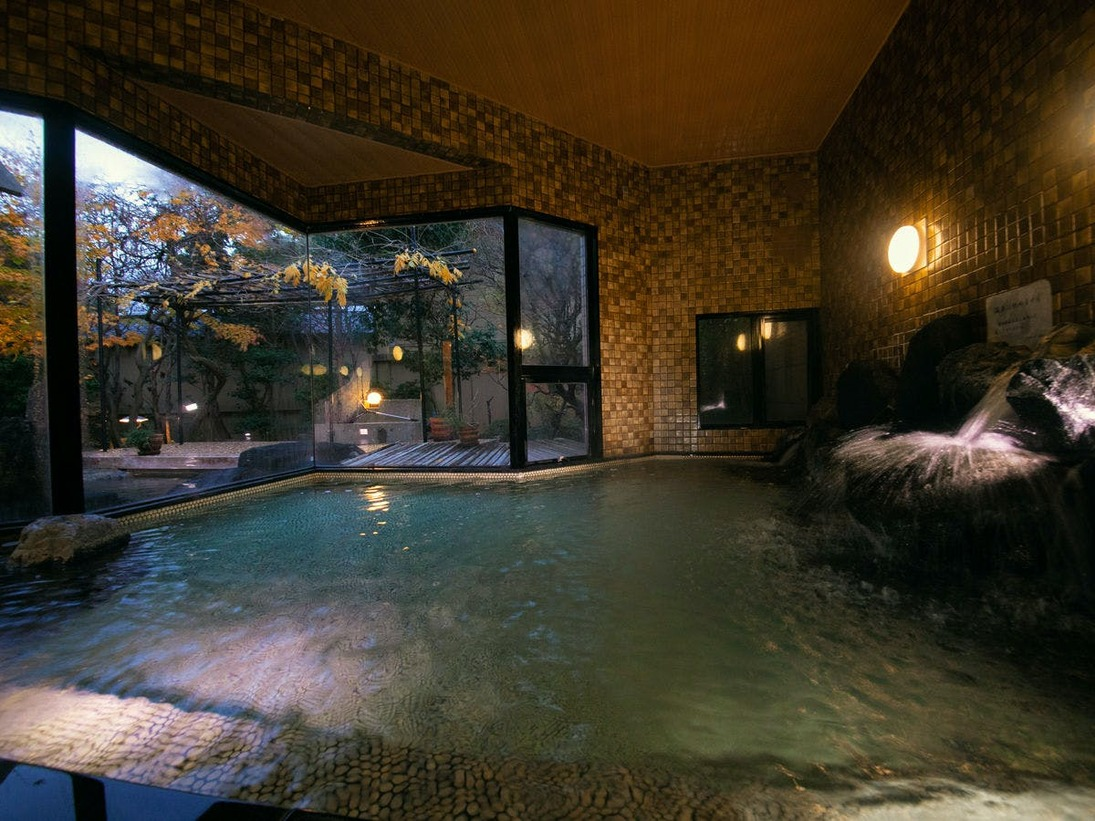 【男湯-雪ぼうし-】[大浴場] 大きな湯船で手足を広げてゆったりと。窓の向こうに露天風呂もございます